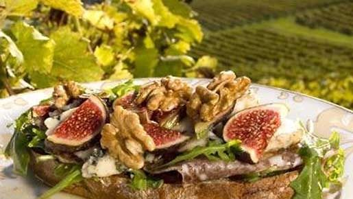 Sinihomejuusto, makeat viikunat ja suolainen salami sopivat täydellisesti yhteen! Kokeile Saran helppoa lounasleipää.