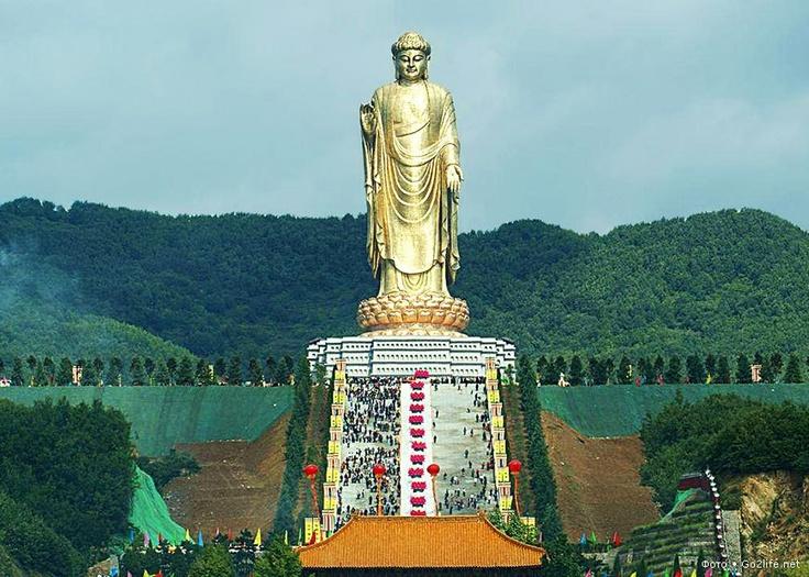 Spring Temple Buddha statue (born Spring Temple Buddha) Chzhaotsun in China.