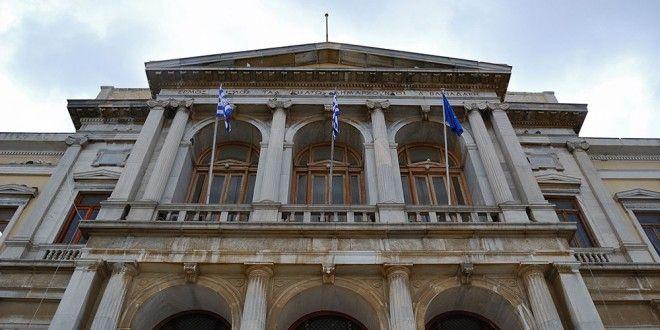 Δημαρχείο Ερμούπολης Σύρου - Syrosmap.grΤο Δημαρχείο Ερμούπολης Σύρου είναι ένα από τα μεγαλύτερα Δημαρχεία στην Ελλάδα. Οι εργασίες κατασκευής του άρχισαν το 1876 και τελείωσαν το 1898. Είναι έργο του γερμανού αρχιτέκτονα Ερνέστου Τσίλλερ. Η κατασκευή έγινε όταν ήταν Δήμαρχος ο Δημήτριος Βαφειαδάκης και φημολογείται ότι κόστισε περίπου 1.300.000 δρχ. Στον πρώτο όροφο ο επισκέπτης θα συναντήσει μια μαρμάρινη επιβλητική σκάλα πλάτους 15.5μ.