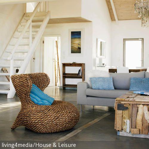 Der Ausgefallene Rattansessel Peppt Gemeinsam Mit Dem Blauen Kissen Dieses Wohnzimmer Optisch Auf Die Kombination