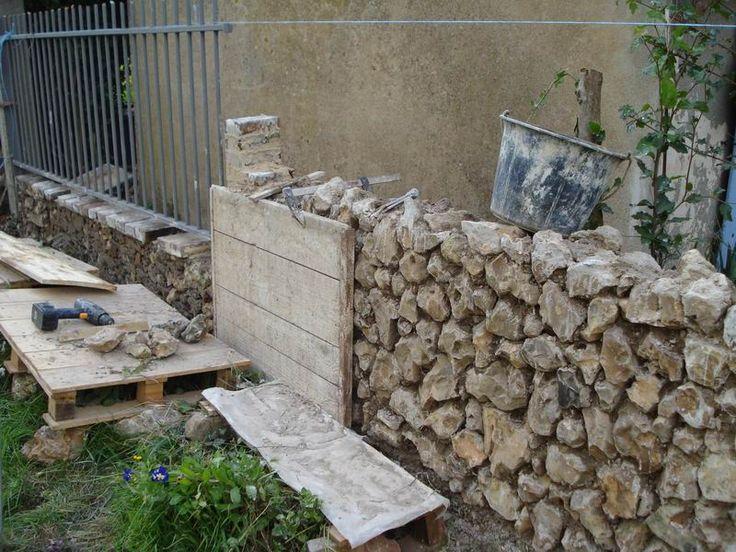 Construction d'un mur en pierres et mortier de chaux