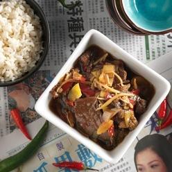 Teriyaki: Japans gerecht van gemarineerd rundvlees met groenten in ketjapsaus.