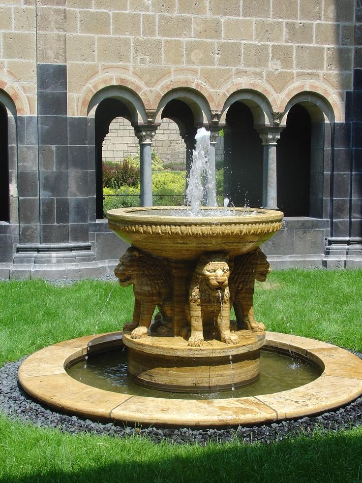 Brunnen im Innenhof des Klosters Maria Laach (Rheinland-Pfalz)