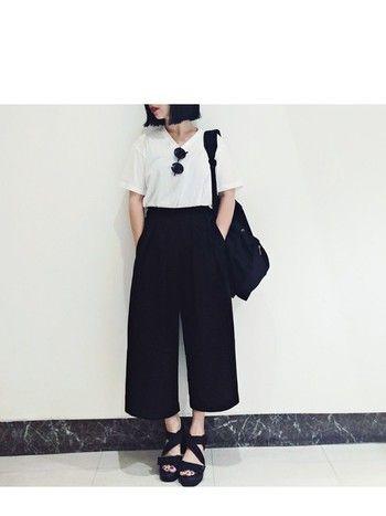 シンプルな白Tシャツにブラックのガウチョパンツを合わせて。小物も全てブラックでまとめたクールなスタイリングです。