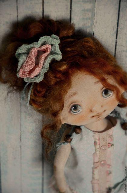 Купить или заказать Камелия в интернет-магазине на Ярмарке Мастеров. Камелия, еще одна цветочная малышка.... Авторская текстильная куколка, созданная по моей выкройке.Ручки ножки подвижные, головка поворачивается, тело грунтованное, куколка может сидеть и стоять. Личико расписано вручную, без использования шаблонов, волосы-натуральные овечьи кудри , окрашенные.Прически можно аккуратно менять.Одежда полностью съемная, (обувь моей ручной работы))) ) .................