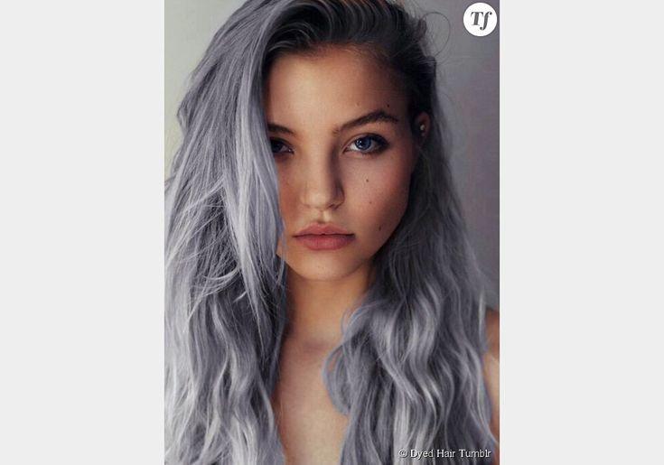 Des cheveux gris avec une nuance bleutée.