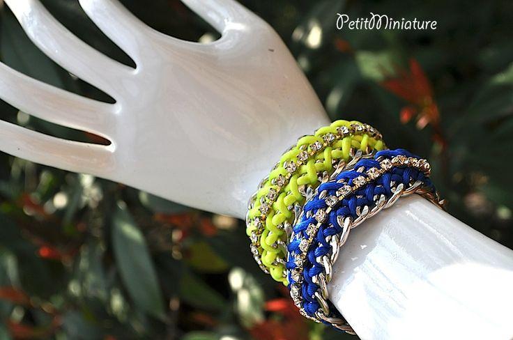 Bracciale in metallo,con filo di cotone giallo e blu fluo,inserita una fila di swarovski originali,creato a mano,made in italy.