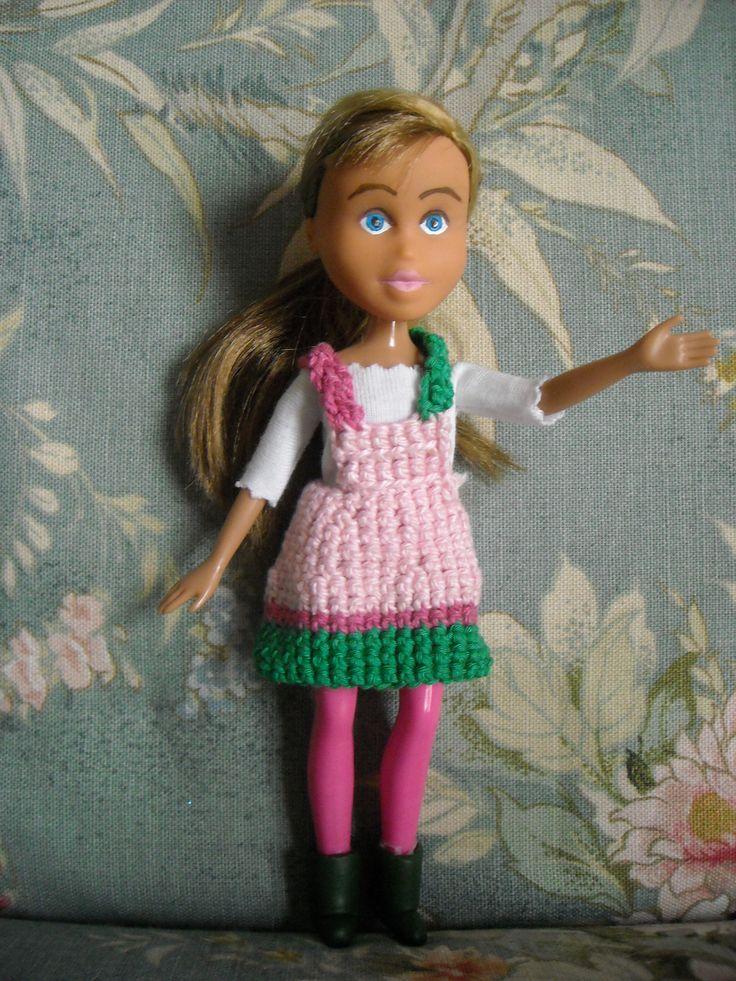 t-shirt cucita a mano in jersey di cotone - salopette lavorata a crochet - stivaletti in fimo fatti a mano