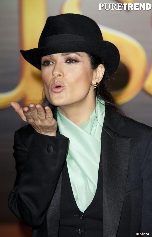 """Salma Hayek aparece com estilo """"gangster"""" graças ao chapéu"""