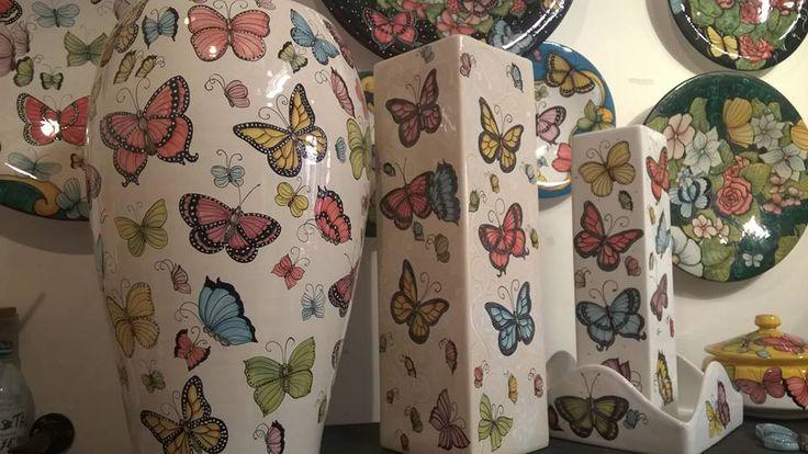 Porta ombrelli,vasi e piatti dipinti a mano. Stile Farfalle. Umbrella stand,flowerpots and ornamental plates hand Painted. Butterlies style.