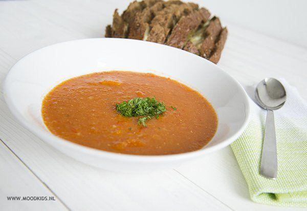 Vegetarische maaltijdsoep voor koude winterse dagen: rode linzen soep met tomaten, paprika, pastinaak, winterwortel en uit. Een makkelijk recept om samen met kinderen te maken. Ga naar de website voor het recept.