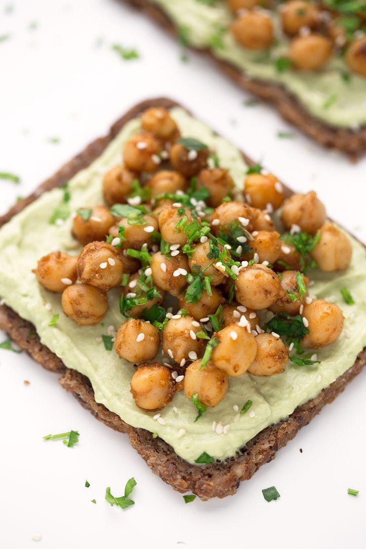 Estas tostadas con garbanzos y hummus de aguacate son una opción muy nutritiva, completa y saludable para desayunar o como snack. Además, ¡están buenísimas!