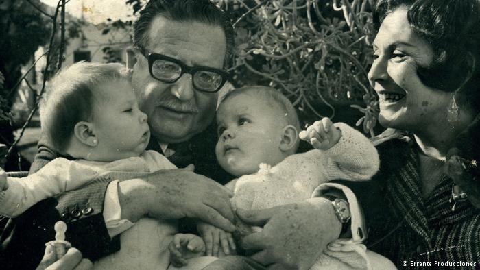 Salvador Allende y su mujer Hortensia Bussi con sus nietas Marcia (izq.) y Maya.