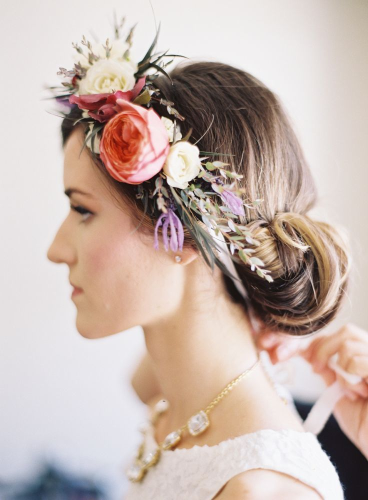 Bloemen in je haar romantisch inspiratie flowers flowergirl flower crown DIY buiten bruiloft bohemian bloemen