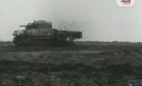armas raras el Sherman:  Una versión revientaaminas del Sherman. El M4 Sherman, formalmente Medium Tank, M4, fue el principal tanque fabricado por Estados Unidos y utilizado para su propio uso y el de los Aliados durante la Segunda Guerra Mundial. La producción total del M4 Sherman superó las 50.000 unidades y su chasis sirvió como base para otros diseños, como cazacarros, vehículos de recuperación y artillería autopropulsada.