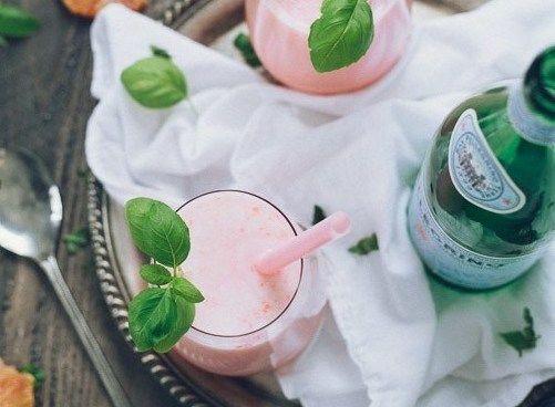 Крем-сода с красным апельсином Красный апельсин, кокосовое молоко и газированная вода — этот нежно-розовый коктейль станет хитом любой вечеринки!