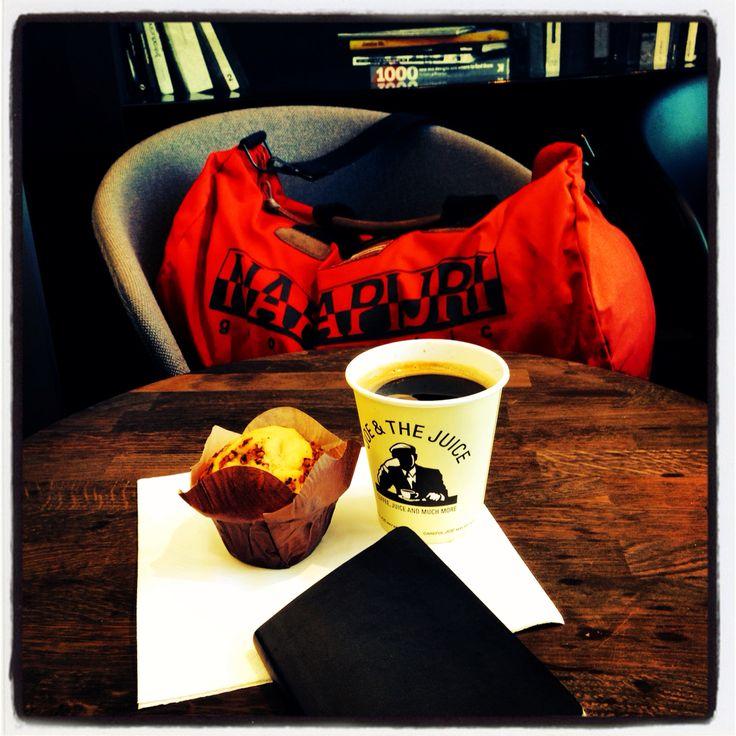 Un caffè bevuto all'aeroporto è diverso. Ha il sapore del mondo. (Niccolò Fabi)