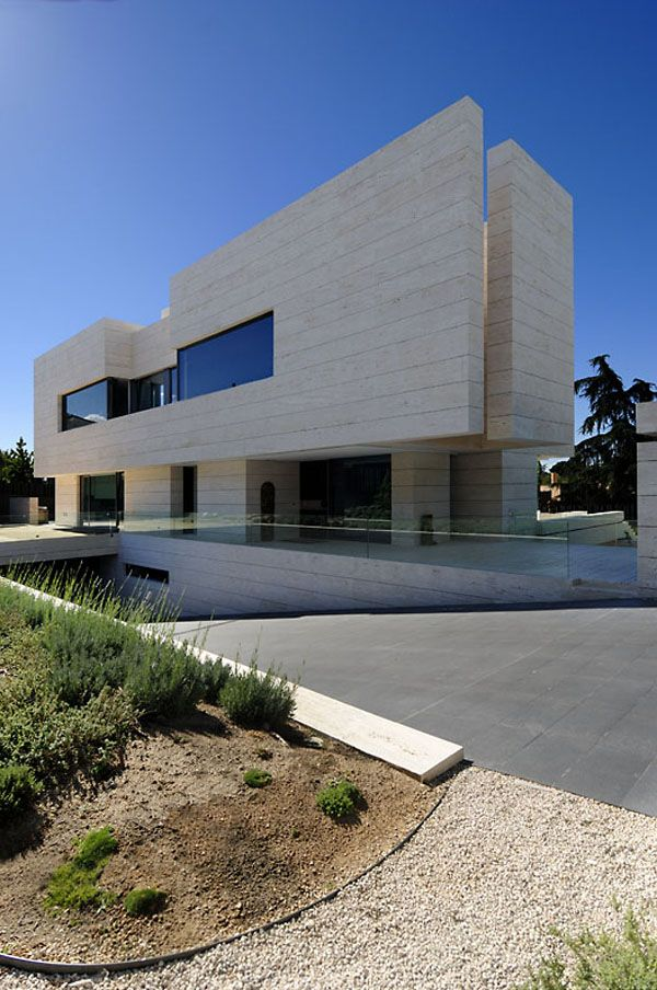 Dynamic House in Las Rozas (Madrid, Spain) integrating volumes in its structure by A-cero Architects