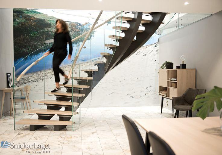 Trappa Serpentine med laserade eksteg och svängda glas i räcket.  #trappa #snickarlaget #inredning #inspo #interiör #interiors #stair #staircase #serpentine #glass #glas #räcke #inspiration