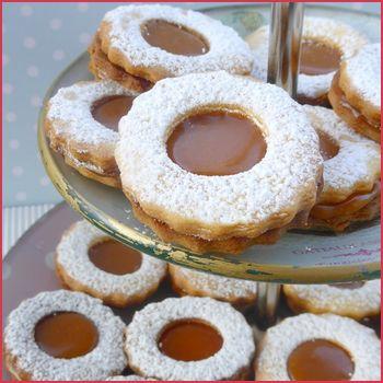 Biscuits sablés fourrés au caramel au beurre salé - Ces petits sablés sont à tomber à la renverse ! Il s'agit de ceux qu'avait réalisé Sabrina lors de ...