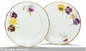 """BING & GRONDAHL - To flade tallerkener, ligeknækket stel af porcelæn, dekorede i farver med stedmoderblomster og takket guldkant fra """"Hvidøre servicet"""" (2)"""