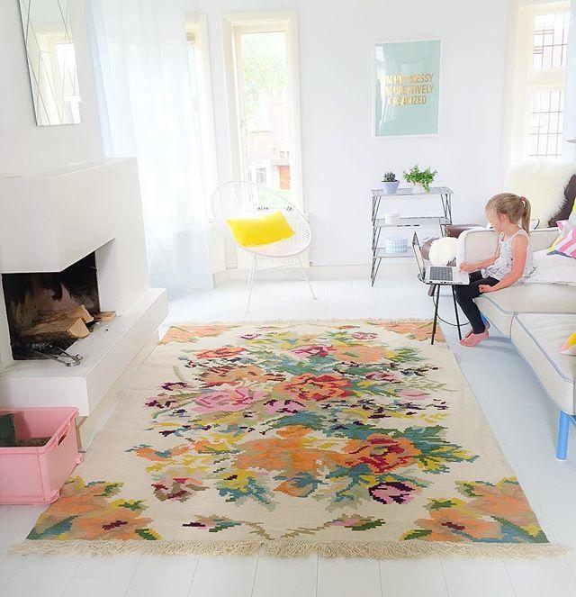 Rozenkelims met een witte achtergrond zijn helaas zeldzaam door hebben we dit vloerkleed  na laten maken.