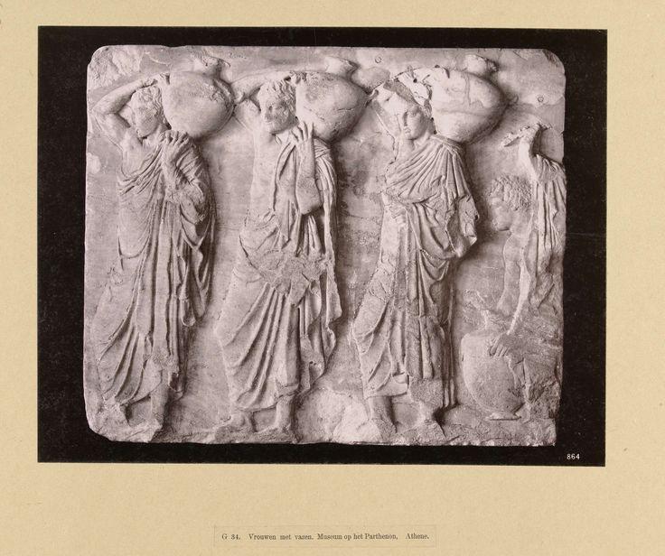 Anonymous   Reliëf van vrouwen met vazen, Anonymous, , c. 1895 - c. 1915   Een reliëf in steen van vrouwen met vazen. De foto is onderdeel van de door Richard Polak verzamelde fotoserie van Griekenland.