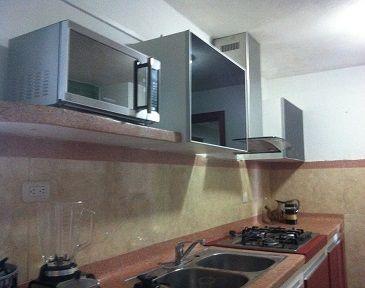 Muebles aéreos de cocina en vidrio laminado de color negro en perfilería de aluminio y sistema Avento HK Blum para apertura. #muebles #mueblesBogota #mueblesAlamedida #mueblesDEdiseño #personalizaTUmueble #mueblespersonalizados #creaTUmueble #imaginaTUmueble #diseñaTUmueble #ideasdediseño #decoración #reformas #mueblesdecocina #cocinasBogota #cocinasintegrales