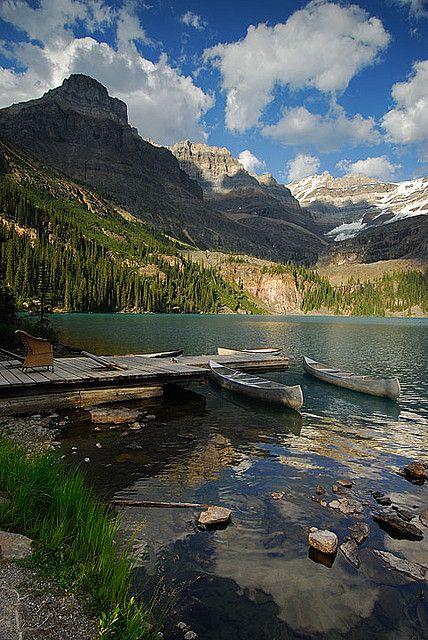 Canoas no Lago O'Hara, no Parque Nacional Yoho, Canadá. Este parque fica nas Montanhas Rochosas canadenses. Em 1984 o parque foi declarado Patrimônio Mundial da Humanidade pela UNESCO juntamente com outros três parques canadenses das Montanhas Rochosas: Banff, Jasper e Kootenay.  Fotografia: Alvin Brown.