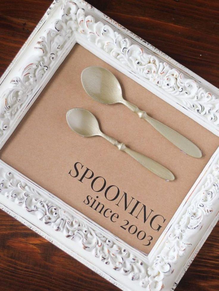 idée de cadeau mariage DIY - deux cuillères en cadre blanc orné de moulures