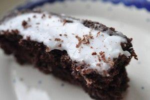 Bagenørden serverer intet mindre end Verdens Bedste Chokoladekage med smør, kakao og chokolade. Tykmælk giver fugt til kagen og den bliver svampet og lækker.
