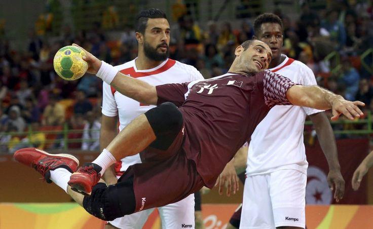 Rio 2016: El qatarí Bassel Alrayes a punto de lanzar el balón a la portería de Túnez.