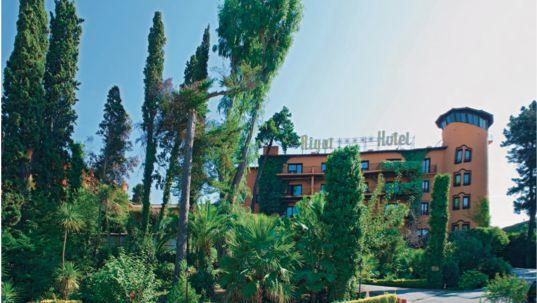 Rigat Park & Spa Hotel *****L (Avinguda Amèrica,1 Platja de Fenals Lloret de Mar). Amb unes magnífiques vistes al mar i envoltat d'un parc de pins i jardins. With a fantastic views of the sea and surrounded by a park of pines and gardens. TopGirona nº47