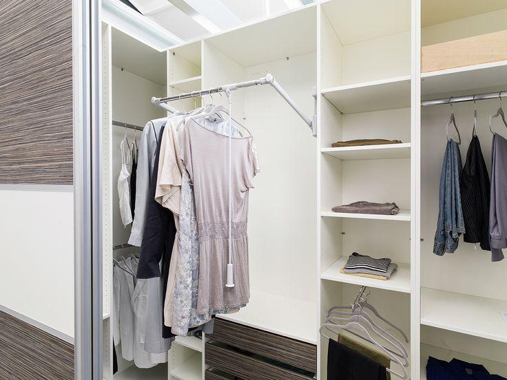 begehbares kleiderschranksystem mit schiebetren und viel ausstattung wie zum beispiel einem kleiderlift einer ausziehbaren