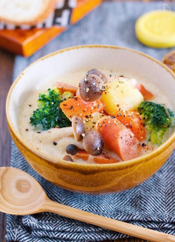寒さが厳しい時期にぴったりの 具沢山ほっこりスープ♡ 使う食材は、定番食材の じゃが・玉・にんじんと ストック食材のウインナー。 これらをお鍋で煮るだけなので とーっても簡単♪ ちなみにスープのベースは 鶏ガラスープの素なので ご飯にもパンにも合わせやすい。 味噌入りでポカポカ 豆乳入りでお腹も大満足の一品です♡