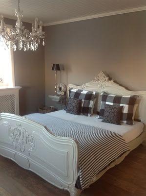 Mooie kleur taupe grijze achterwand voor slaapkamer.