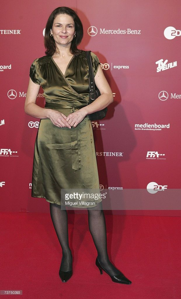 Gefühlte Schuhgröße 45. Ein sehr zierliches Weib, jaja!  Actress Barbara Auer arrives at the Photocall for the German Film Awards on March 30, 2007 in Berlin, Germany.