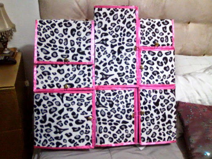 Closet de muñeca Barbie para mi querida y hermosa nieta Caty...se lo hice con mucho cariño!!! está hecho con puras cajas de cartón que mi hermana me juntó y me las regaló, gracias por apoyarme manis!! jajaja