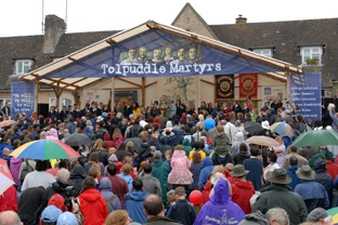 Thousands braved the rather tepid weather to hear Billy Bragg and the kids from Puddletown School.