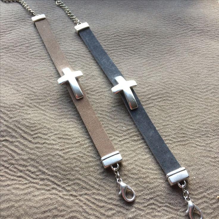 Leuke armband buffelleer met kruis. Christelijke sieraden bij PerkeVera.