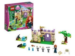 Merida is aan het trainen voor de wedstrijd boogschieten bij de Lego Disney Princess Merida's Highland Games! Haar 3 broertjes zijn omgetoverd in ondeugende beertjes, en Merida heeft de opdracht ge...