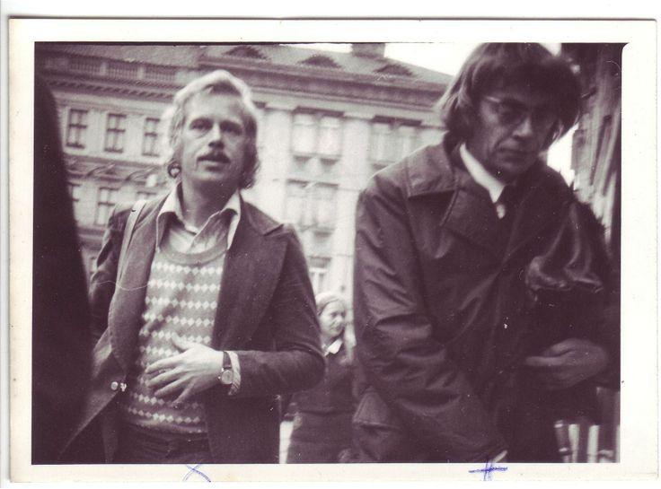 Václav Havel a další disident Jiří Němec, jak je v září 1976 vyfotila StB na Malostranském náměstí.