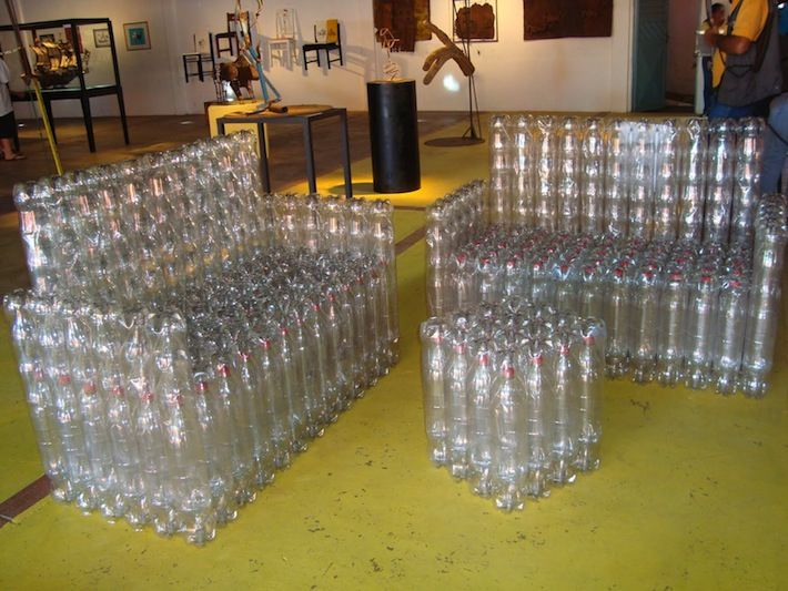 Clever! Using Plastic Bottles to make - bird feeder,  lamps, furniture, greenhouse, room dividers                                                                                                                                                     Más