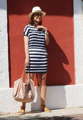 sukienki w paski, styl na lato, sukienki na wakacje, letnie sukienki, w stylu marynarskim, novamoda style, novamoda streetstyle, poznan stylistka,