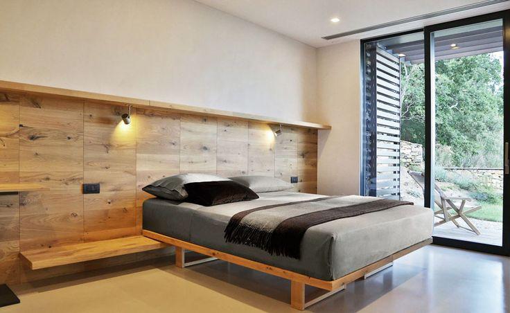 L'une des cinq chambres à coucher qui composent la seconde aile de cette villa moderne italienne