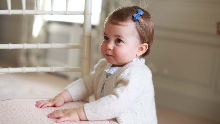 El príncipe Guillermo de Inglaterra y la duquesa Kate Middleton compartieron fotos de su hija menor en el palacio de Kensington