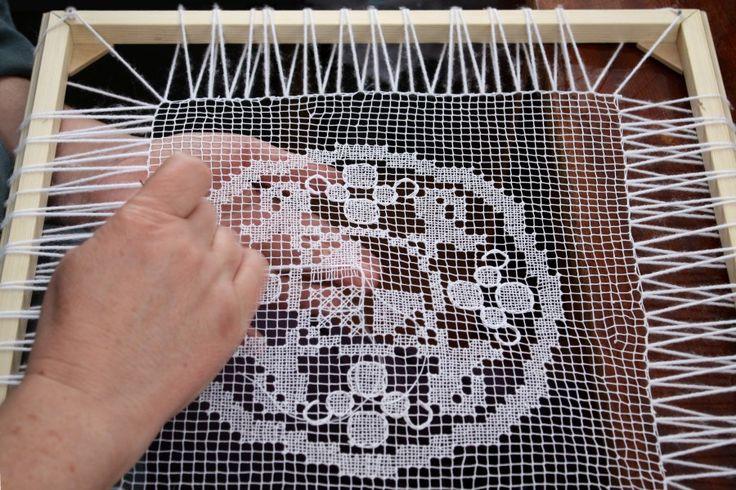 Rececsipke (necc) készül - kakasos kisterítő. (Cross stitch. Filet lace.)