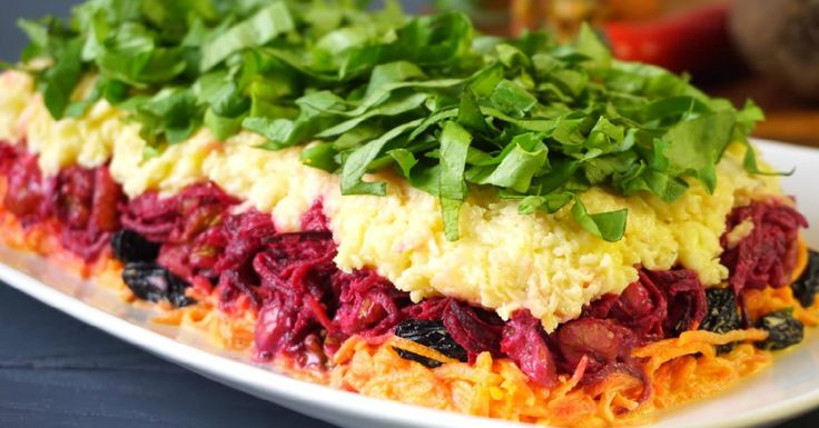 Слоеный салат «Дюймовочка». Быстрее запиши рецепт в свою кулинарную тетрадь.