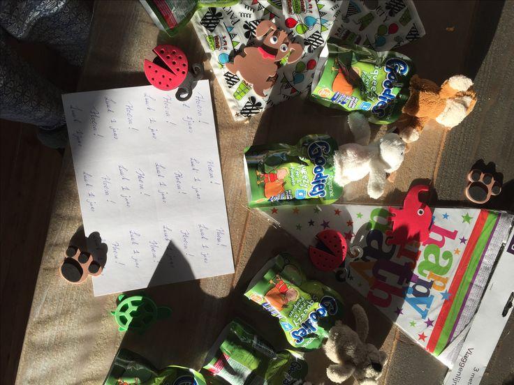 Kinder traktatie voor op het kinderdagverblijf. Luuk 1 jaar! Vingerpopje (o.a. Hema) met Goodies Organic fruit en groente knijpzakje. Stickers en tasjes bij de Zeeman gekocht.