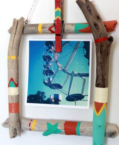 Otro marco casero hecho con palos pintados  | Más marcos caseros ►http://trucosyastucias.com/decorar-reciclando/marcos-de-fotos-caseros #DIY #manualidades